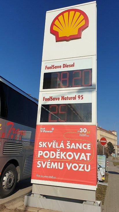 Ceny pohonných hmot na čerpací stanici Shell v Opuštěné ulici v Brně, 2. března 2021.