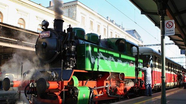 Z Brna vyjel vlak s Mikulášem. Táhla ho parní lokomotiva.