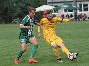 Fotbalisté brněnské Svratky (ve žlutém) zdolali 2:1 Rousínov a pokračují v krajském přeboru bez porážky. Zavřek proti rousínovskému Horváthovi.