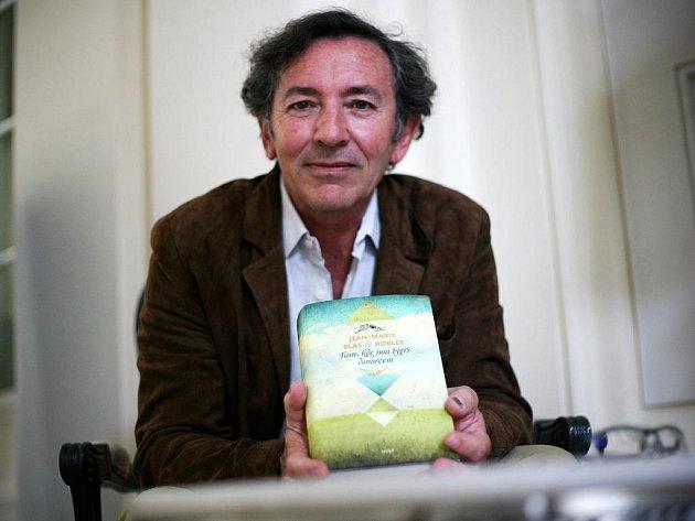 Román Tam, kde jsou tygři domovem psal de Roblès deset let. Text dokončil roku 1997, dalších deset let hledal dostatečně odvážného vydavatele. Za knihu získal několik ocenění, mezi nimi i prestižní cenu Prix Médicis.