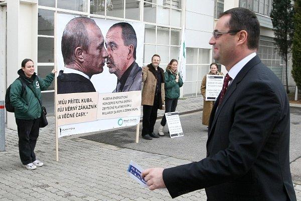 Vsobotu zaplnili brněnské výstaviště členové ODS. Hned zrána je přivítali ekologičtí aktivisté.