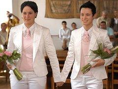 Lesbičky a gayové mohou vstupovat i do registrovaného partnerství, které jim nahrazuje klasickou svatbu.