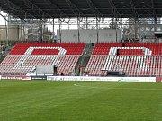 Střecha už vyrostla na fotbalovém stadionu v Srbské ulici, kde hraje svá domácí utkání prvoligová Zbrojovka Brno. Město jako vlastník stadionu nyní realizuje i druhou zakázku, kterou vypsalo na výměnu několika tisícovek sedaček.