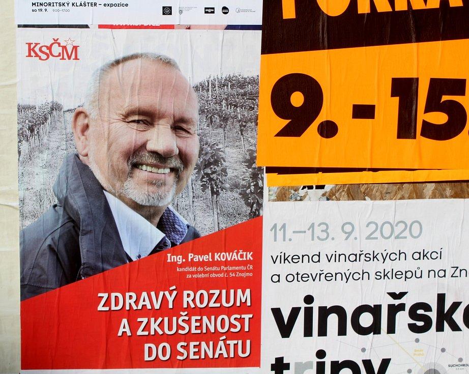 Kandidát komunistů Pavel Kováčik se na lidi usmívá z plakátku třeba na sídlišti Pražská.