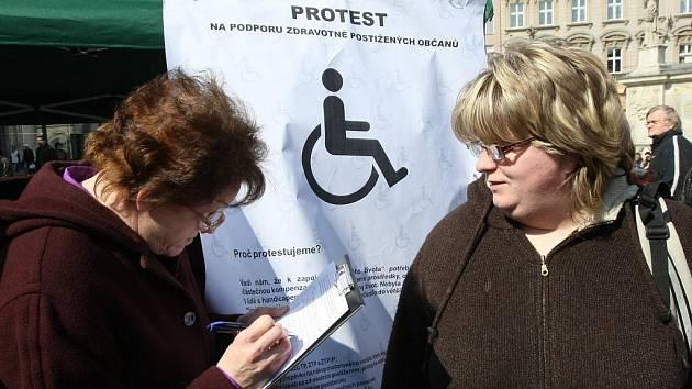 Postižení lidé protestovali v Brně proti vládním reformám.
