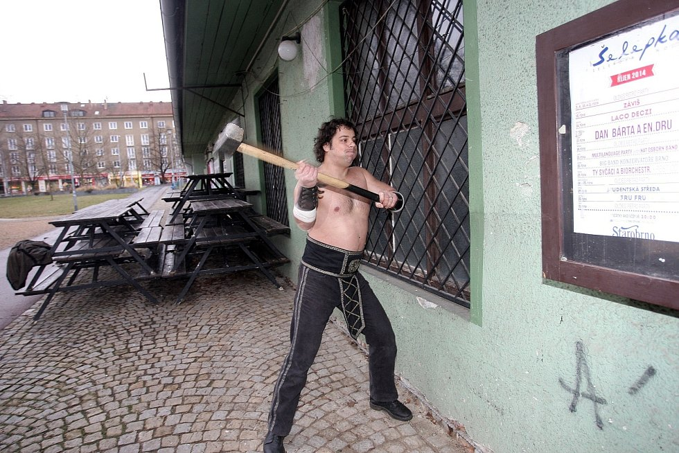 Rekonstrukci brněnského klubu Šelepka v pondělí symbolick zahájil imitátor slavného siláka Franty Kocourka.