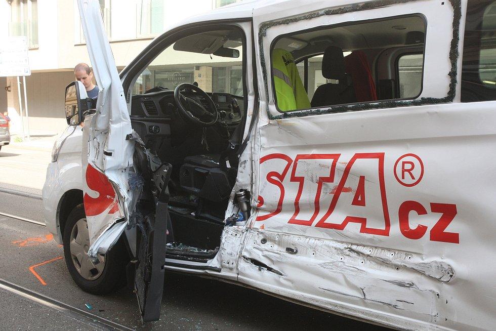 Tramvaj vykolejila v úterý dopoledne po srážce s dodávkou v ulici Milady Horákové v centru Brna. Řidič dodávky nehodu zřejmě zavinil, protože nedal šalině při jízdě směrem do města přednost při odbočování vlevo.