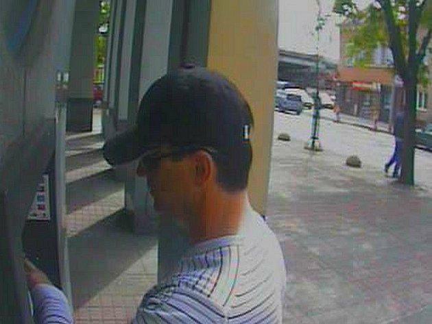 Zloděj vykradl auto a navíc se pokusil vybrat peníze z bankomatu.