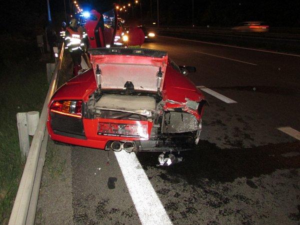 Čtyřiatřicetiletá řidička luxusního auta nezvládla vsobotu krátce po deváté hodině večer řízení. Se svým červeným Lamborghini bourala na dálnici D1 uBrna.