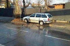 Vodovod praskl pod osobním autem v Horních Heršpicích.
