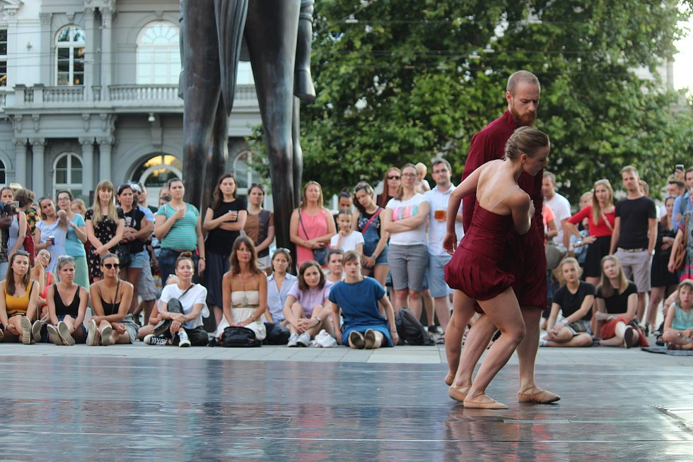 Tanečníci Národního divadla Brno představili baletní choreografii přímo v centru města. Vystoupili jako součást festivalu Uprostřed.