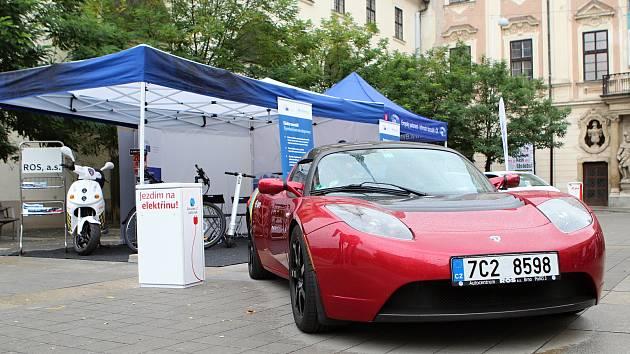 Evropský týden mobility na Moravském náměstí pod sochou Jošta představil i červené sportovní auto.