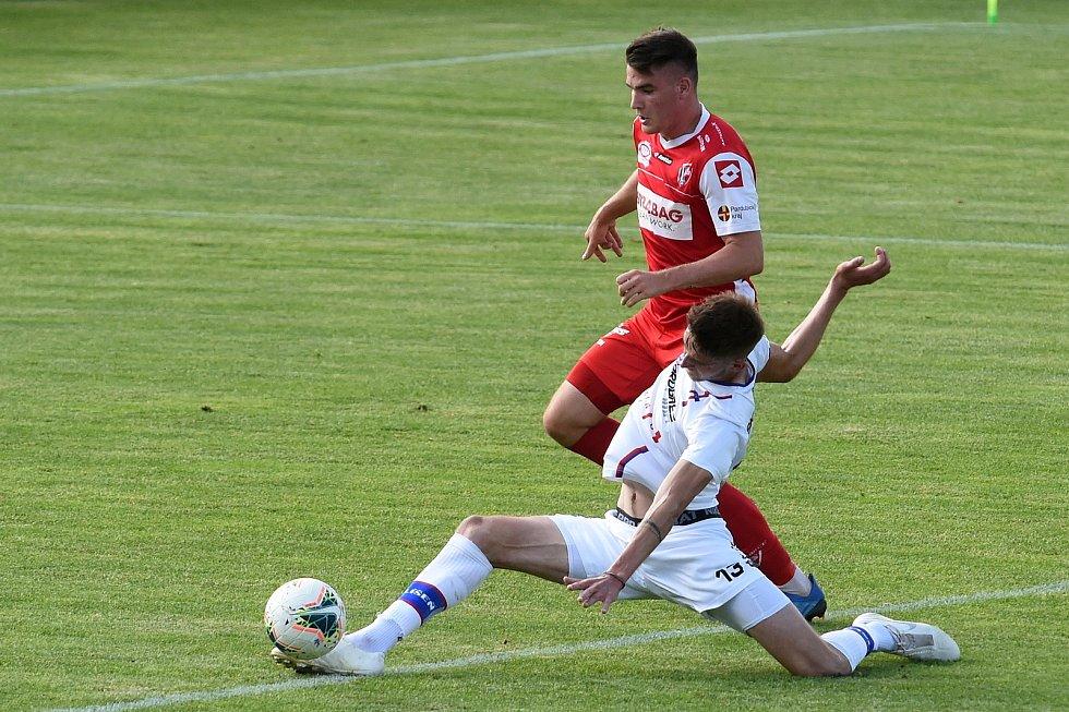 17.6.2020 - 24 kolo F:NL mezi domácí SK Líšeň v bílém (Jakub Černín) a FK Pardubice (Pavel Zifčák)