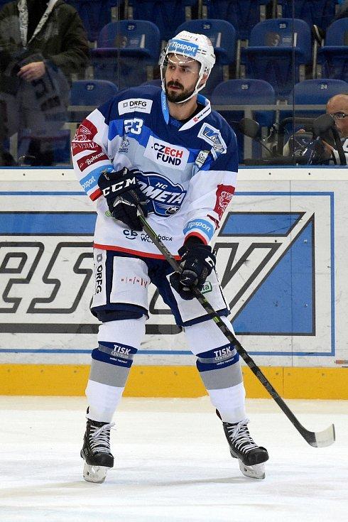 HC Kometa Brno v bílém (Ivan Baranka) proti HC Energie Karlovy Vary.
