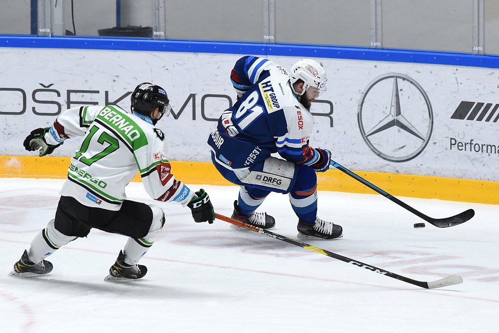 Brno 5.2.2021 - domácí HC Kometa Brno (Tomáš Vincour modrá) proti BK Mladá Boleslav (Jakub Kotala)