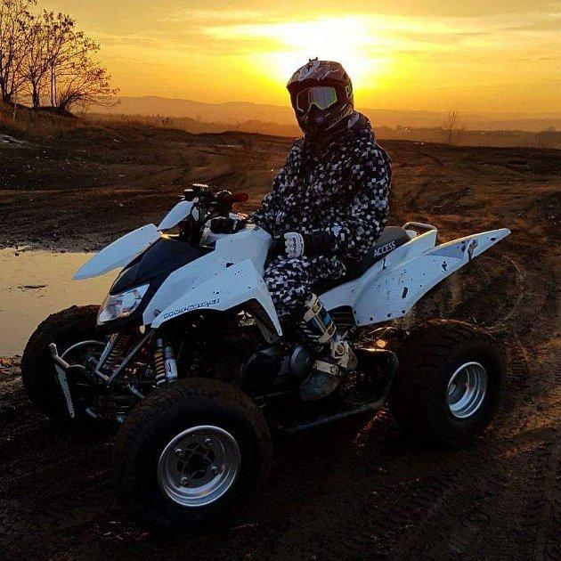 Bývalý motocyklista a basketbalový vozíčkář Lukáš Šembera je od poranění páteře vroce 2009odkázaný na invalidní vozík.
