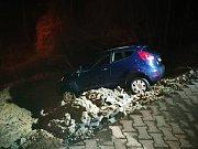 V pondělí brzy ráno zasahovali hasiči u sesunutého svahu v brněnské Líšni. Po havárii vody ve Velatické ulici si voda hledala jinou cestu. Spolu s břehem se sesunula i dvě auta.