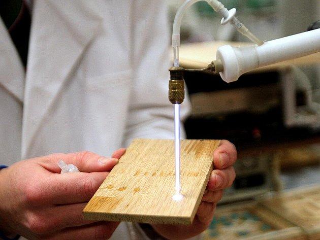 Cílem společné laboratoře v areálu přírodovědecké fakulty v Kotlářské ulici je výzkum a vývoj nových metod výroby nanovláken s vylepšenými vlastnostmi.