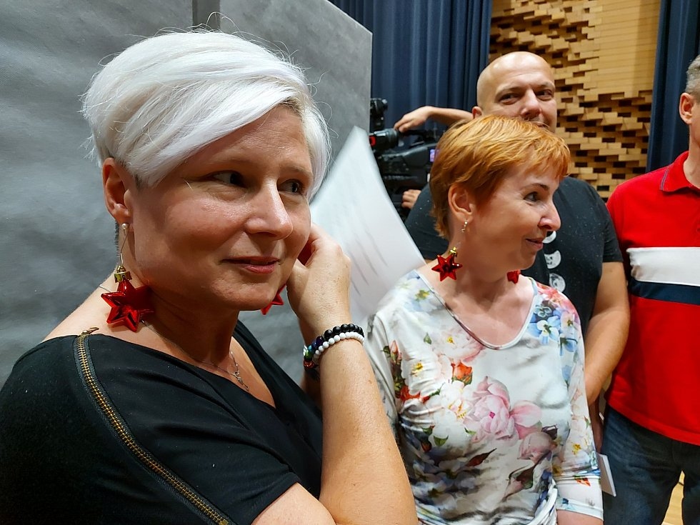 Brněnští strážníci nazpívali s umělci z Městského divadla Brna jedinečné vánoční album s koledami.