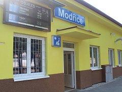 Správa železniční a dopravní cesty v pátek oficiálně předala zástupcům města opravenou výpravní budovu v Modřicích.