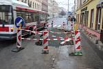 V brněnské ulici Veveří praskl letos v lednu dvakrát po sobě vodovod. Jeho zásadní rekonstrukce se však v létě, kdy se tam budou vyměňovat tramvajové koleje, nechystá.
