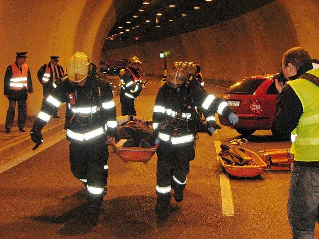 Cvičná nehoda v brněnských Pisáreckých tunelech.