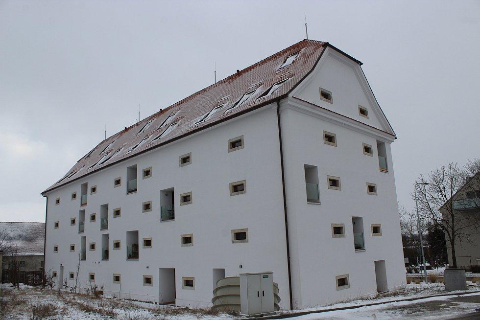 Původně se lidé z Brna ke zrekonstruované barokní sýpce v Sokolnicích dostat nemohli, teď už ano.