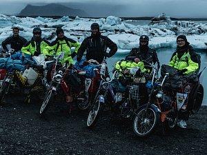 Na babetách ujeli na Islandu dva tisíce kilometrů. Trajekt domů málem nestihli