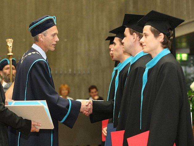 Předávání diplomu na VUT.