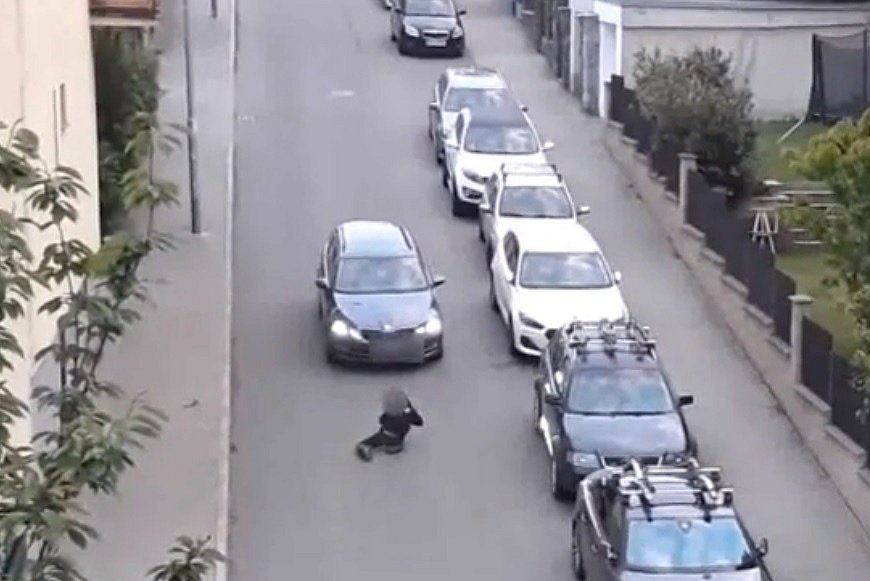 Žena s propanbutanovou lahví poškodila v brněnské Sedlákově ulici tři auta.