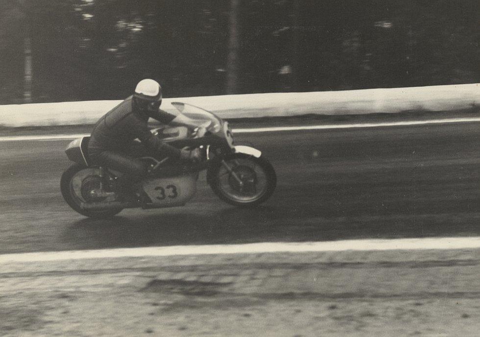 Šťastný v Brně kraloval ještě v době, kdy se akce nejezdila jako součást světového šampionátu. Závod vyhrál celkem sedmkrát, pětkrát ve tři sta padesátkách a jednou v královských půllitrech. V roce 1961 se stal i vicemistrem světa.