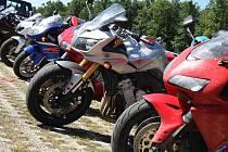 Superbiky - parkování u automotodromu.
