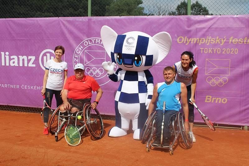 S vozíčkáři si tenis zahrála i Šárka Kašpárková a projektová manažerka festivalu Naďa Černá.