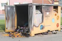 Vyhohořelý kontejner ve Vyškově, ve kterém předtím zemřel zaklíněný muž. Začal hořet kvůli pietní svíčce.