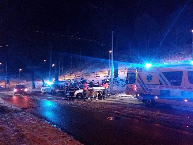 V péči záchranářů skončil muž, který se ve čtvrtek večer naboural v brněnské Údolní ulici.