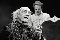 Miroslav Donutil se představí v roli hudebního skladatele Antonia Salieriho, Milan Holenda (na snímku vzadu) se představí jako Venticelli první větříček, donašeč.