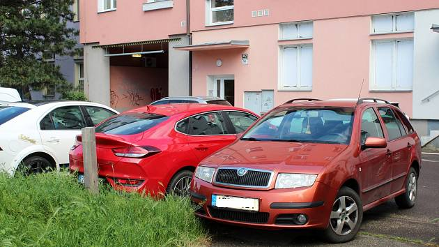 Ve vnitroblocích v Brně-středu parkují kromě rezidentů i řidiči, kteří se vyhýbají placení v modrých zónách. Včetně vnitrobloku ulic Nové sady a Křídlovická.