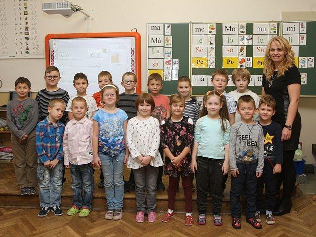 Prvňáčci vZŠ Loděnice na brněnsku. Na fotografii 1.třída střídní učitelkou Radkou Schalovou.