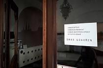 Uzavřené odbory na radnici Brno-střed - Informace o uzavření odborů radnice městské části Brno-střed přilepené na dveřích 10. srpna 2020. Na radnici zasahovala policie.