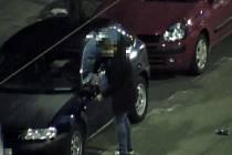 Vandal ničící auta v brněnské Roosveltově ulici.