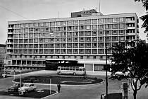 Hotel International Brno ve fotografiích nové publikace Moravské galerie.