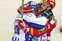 Hokejisté brněnské Komety v utkání s pražskou Slavií - bitka Jozefa Baleje (Kometa) a Petr Kadlec (Slavia).