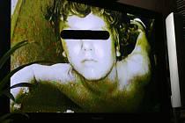 Záběr týraného chlapce z kamerového systému