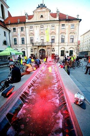 Rudě zbarvená kašna na Moravském náměstí.