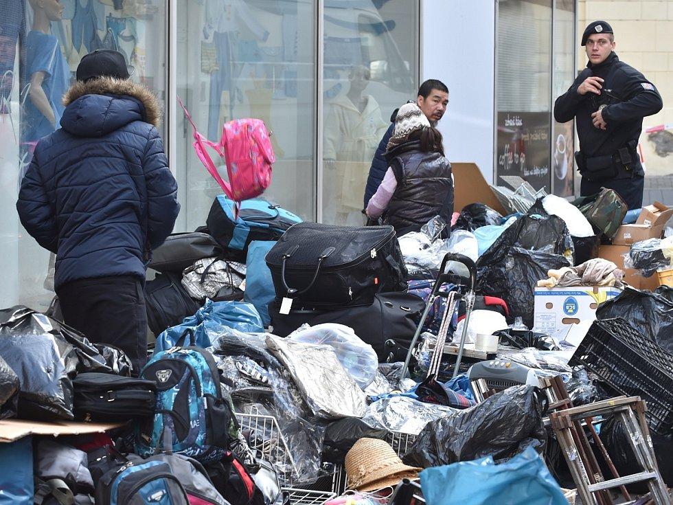 Nejkratší brněnská ulice se celá opět otevře lidem. Stánky tržnice v ulici Pohořelec mizí. Městská část Brno-střed zahájila v sobotu jejich odstranění.