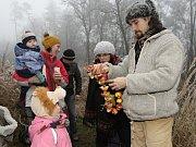 Děti zdobily vánoční stromek pro zvířata.