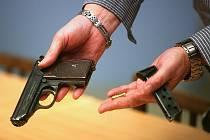 Policie zadržela muže, který se snažil prodat nelegálně držený samopal.