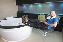 Brněnský boxer Lukáš Konečný relaxuje po tréninku v apartmá.