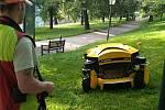 Správce parku dálkově řídí sekačku.