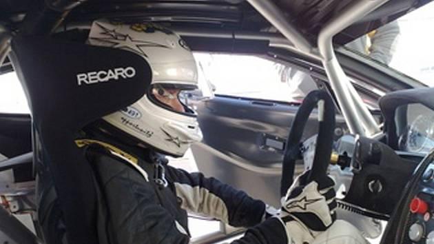 Brněnskému automobilovému jezdci Vladimíru Hladíkovi nestačí druhé místo ze sobotního závodě v Mostě.